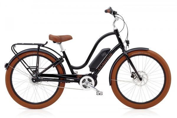Ein richtiger Hingucker- das Electra Townie Go! 8i Natürlich sieht dieses E-Bike auch so genial aus, wie es fährt.  Mit dem 400 Wh Akku ist eine Reichweite bis zu 120 km möglich.  Überzeugend ist ebenfalls der kraftvoll unterstützende Bosch Active line+ Antrieb mit 250 Wh. Natürlich ist das Townie mit LED-Frontscheinwerfer, Rücklicht und praktischen Gepäckträger ausgerüstet, dass auch die Montage von passenden Körben kinderleicht macht.