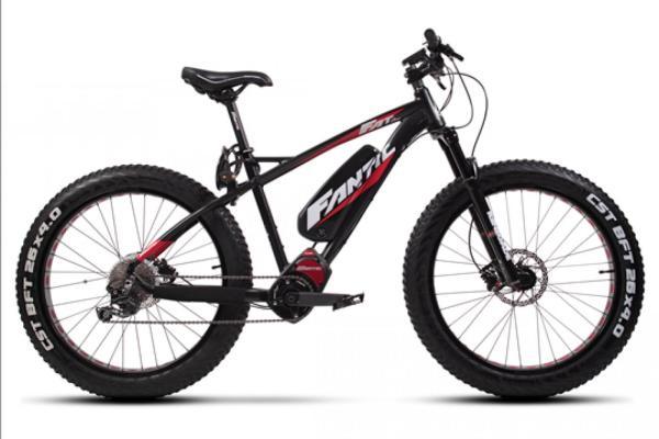 Ein gebrauchtes Top E-Fatbike aus Italien zu einem starken Preis! Das Fantic FAT Sport SE  ist die sportliche Fat Bike Version von FANTIC. Ideal für Sand- und Schotterstraßen, Feldwege und mittleres Gelände. Schlaglöcher, Steine, Schienen und Stiegen stecken die 4-Zoll dicken Fat Bike Reifen locker weg. Der kräftige BROSE E-Motor gibt Ihnen zusätzlichen Kraft in die Pedale, auch im Schnee, Sand und bei weichem Grund. Dieses gebrauchte E-Mountainbike stellt einen besonderen Anreiz für echt Clevere E-Bike Käufer dar.  Die gebrauchten E-Bikes von Greenstorm sind praktisch eingefahren, Top-gewartet und die Gebrauchsspuren sind minimal.